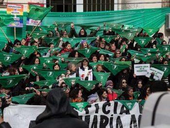 Marea verde – Mujeres argentinas lideran el movimiento histórico: La ley de aborto será votada mañana por el Senado